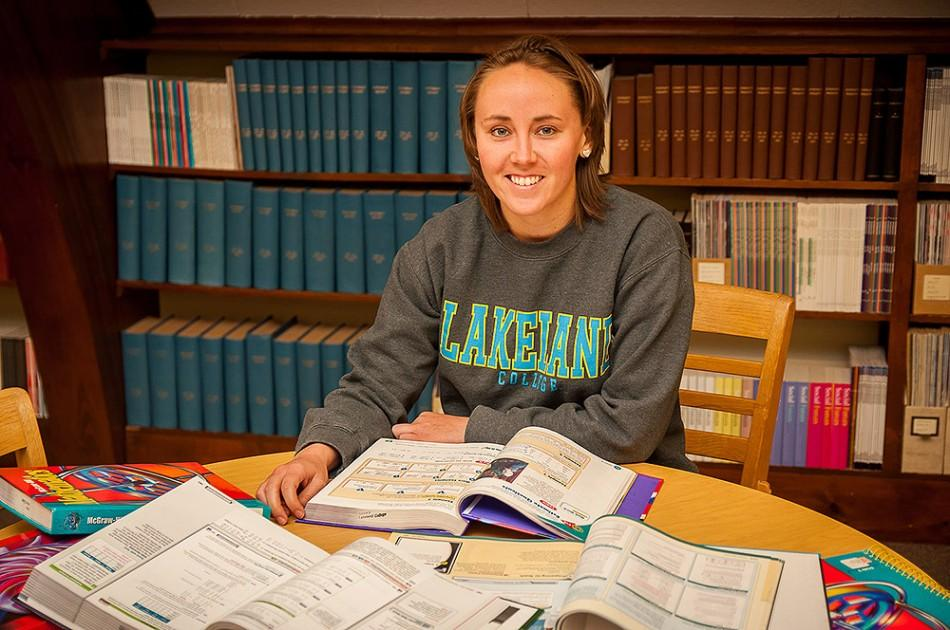 Aimee+Thrune%2C+second-year+senior+math%2C+Spanish+and+education+major%2C+studies+for+the+upcoming+finals+week.